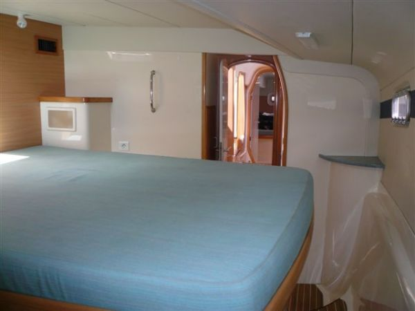 Preowned Sail Catamarans for Sale 2003 Leopard 42 Layout & Accommodations